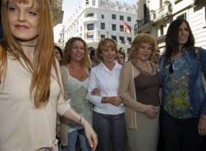 Esperanza Aguirre rodeada de personas trans.