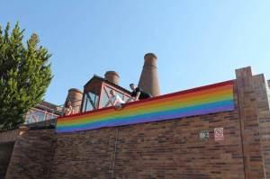 Colocación de la bandera arcoíris en la Casa de Cultura de Valdemorillo.